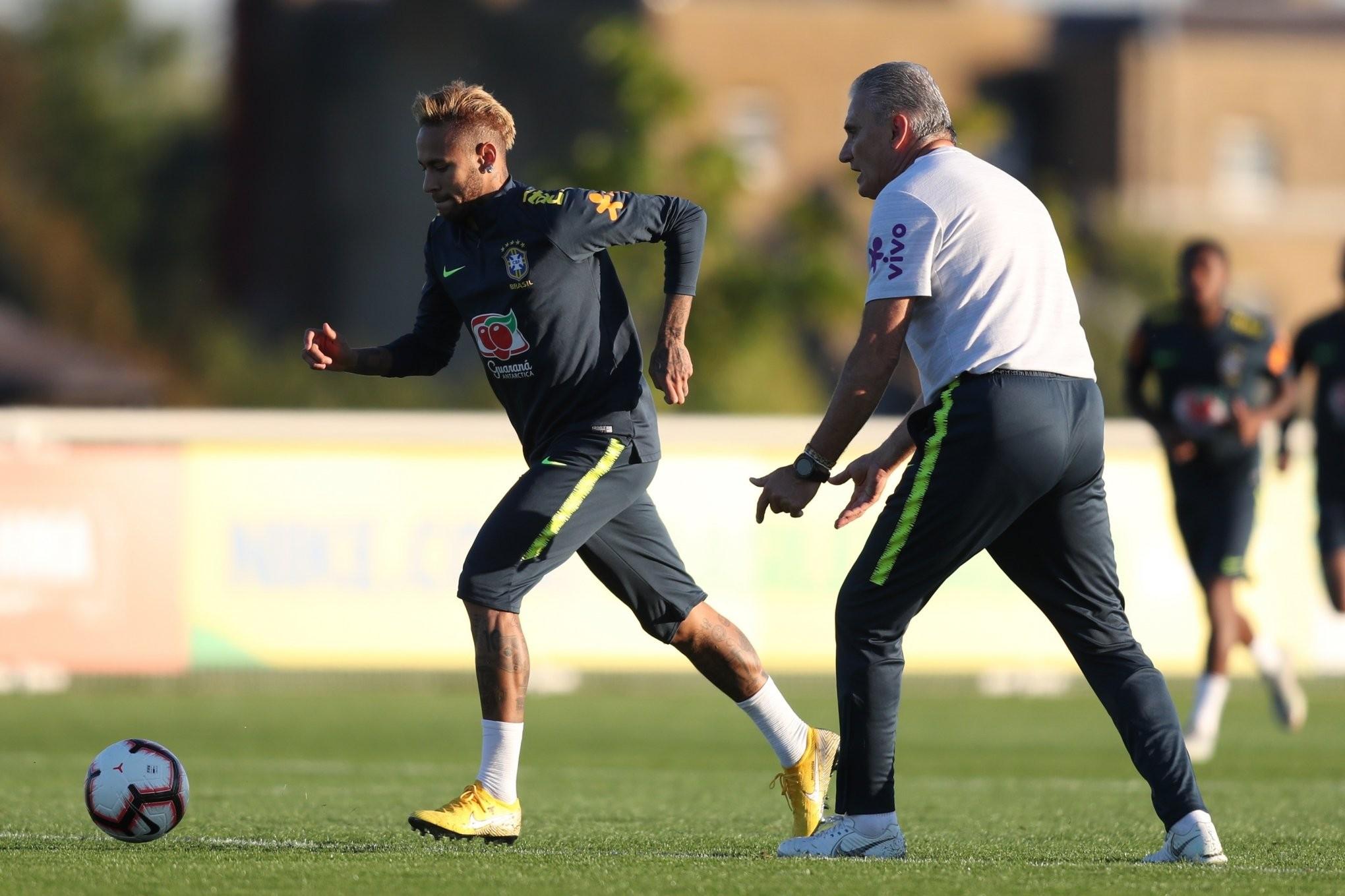 Descri§£o da foto Neymar sob a supervis£o do andante do Brasil