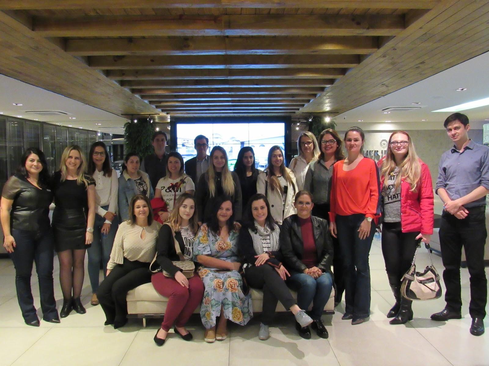 Estudantes de design de interiores tªm aula prática nos apartamentos decorados da A Yoshii em Curitiba