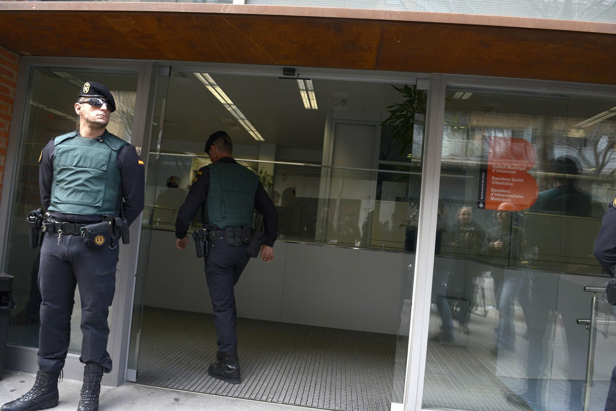 Guardias civiles en el registro de la empresa municipal Bimsa en febrero de 2017 SANTI COGOLLUDO
