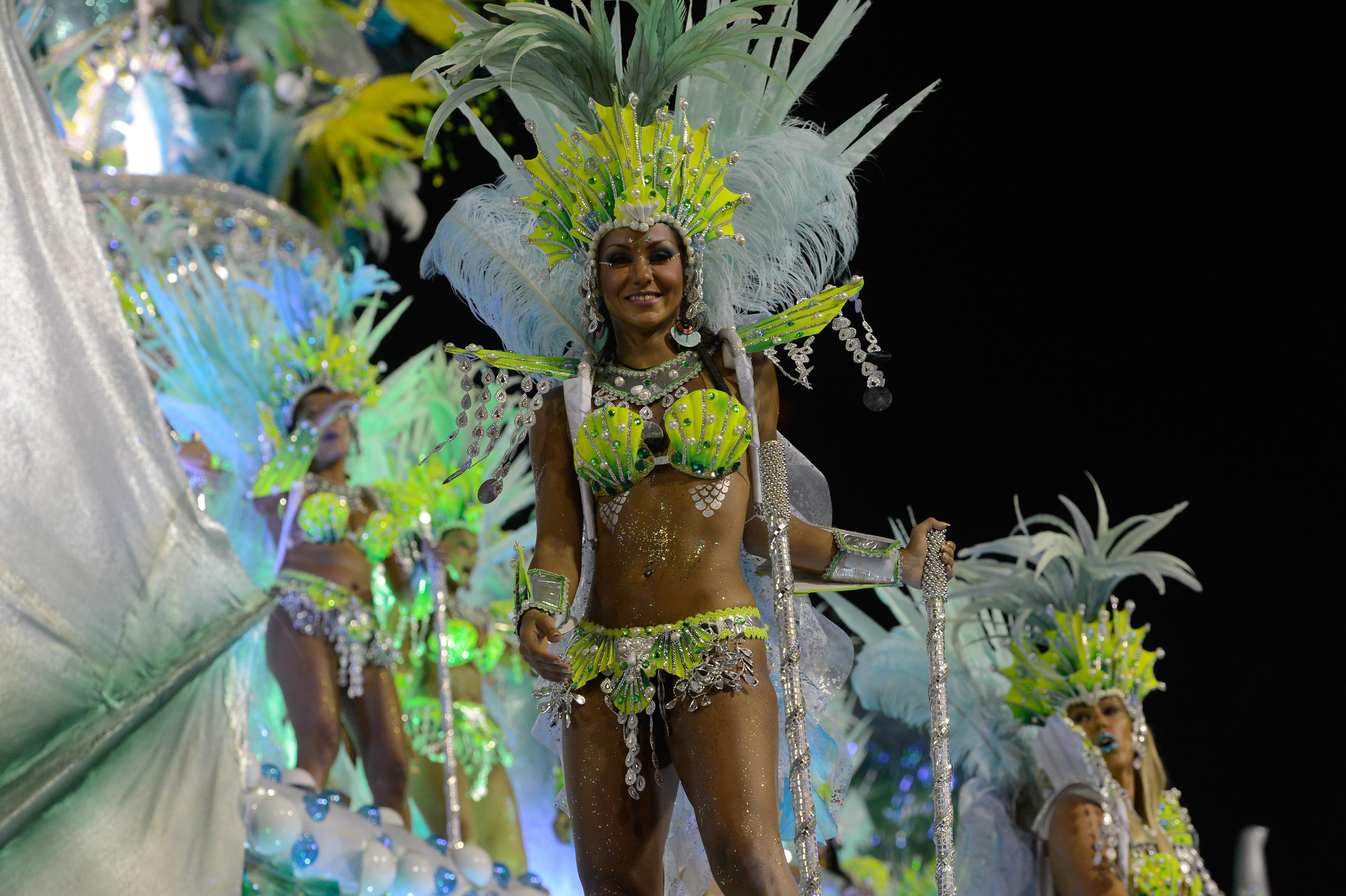 Rio de Janeiro Desfile da escola de samba Mocidade Independente de Padre Miguel pelo