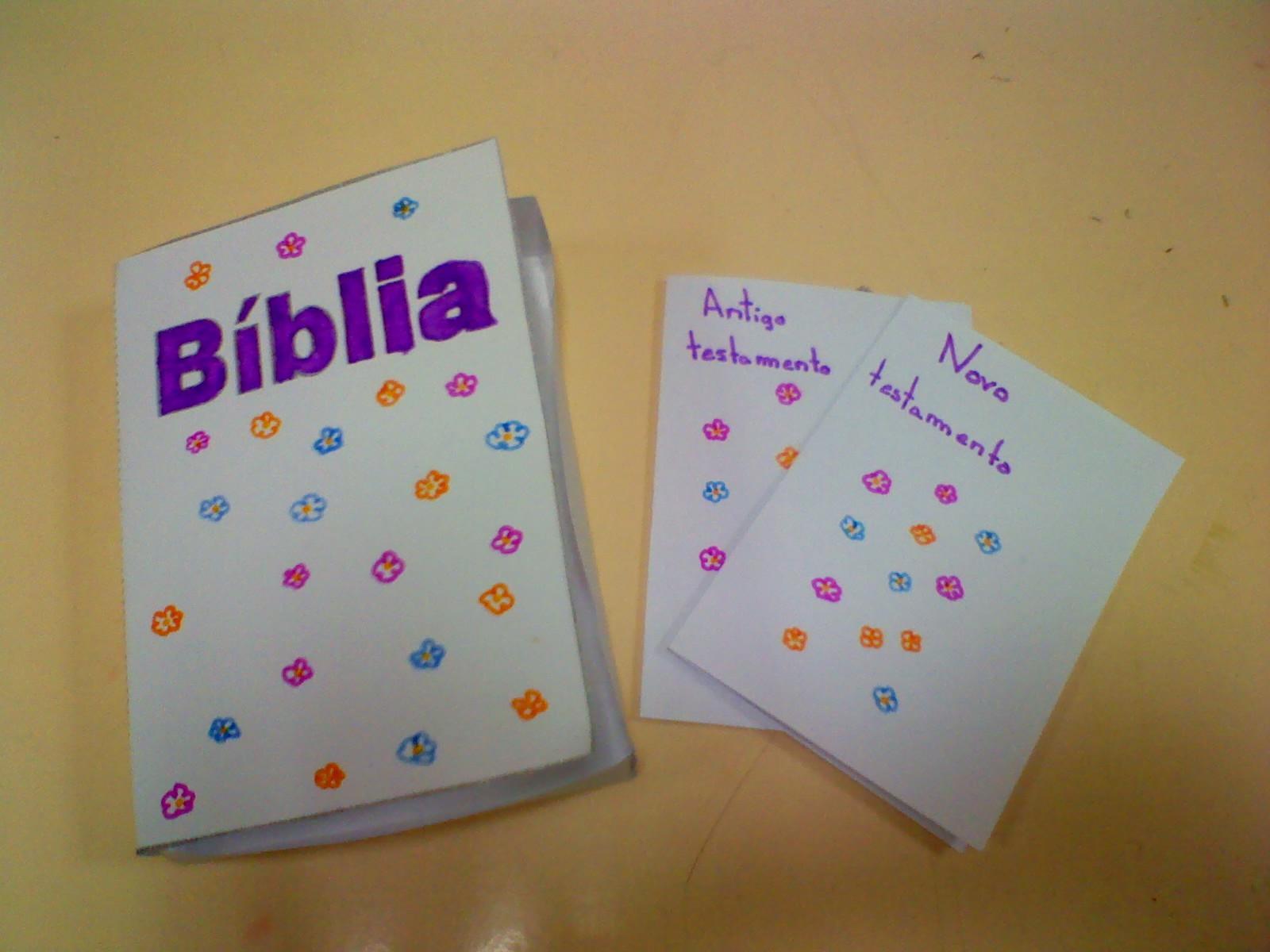 Para trabalhar o tema da Bblia e dos livros que a constituem elaborei os alunos Bblias em papel Fizeram trabalhos lindos
