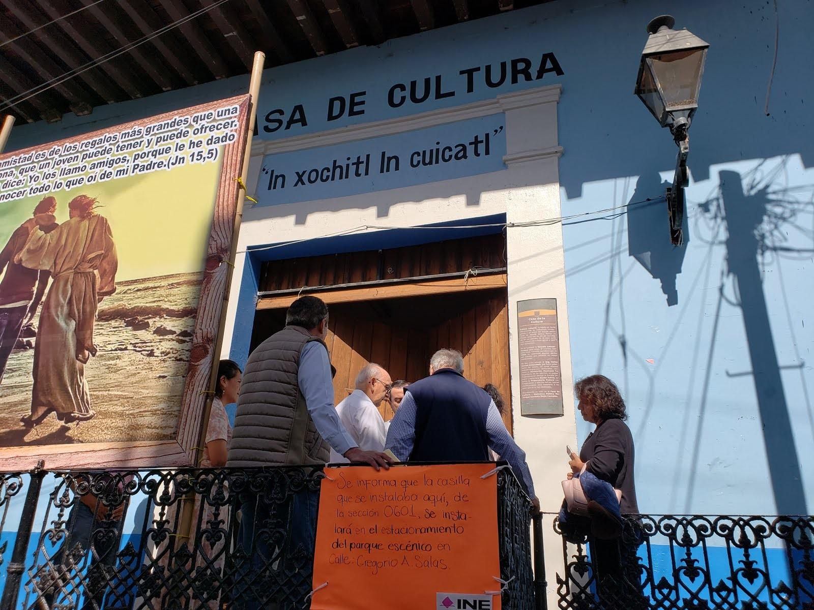 Cat³licos sacan la imagen del Se±or del Santo Entierro de la Casa de la Cultura