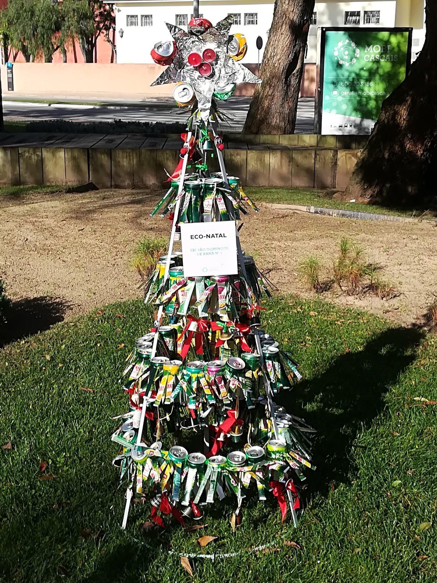 Famlias e amigos chegou a hora de votarmos na eco árvore de Natal da EB1 n1 de S£o Domingos de Rana