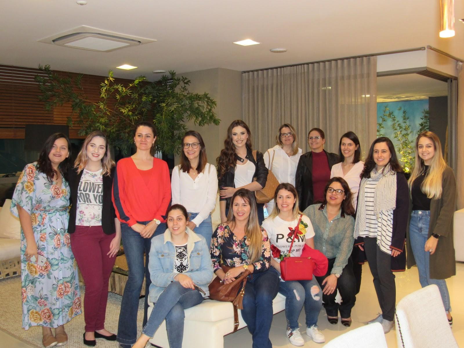 Foto 01 Cerca de 20 alunas do curso de design de interiores da Universidade Positivo visitaram o show room da A Yoshii Engenharia