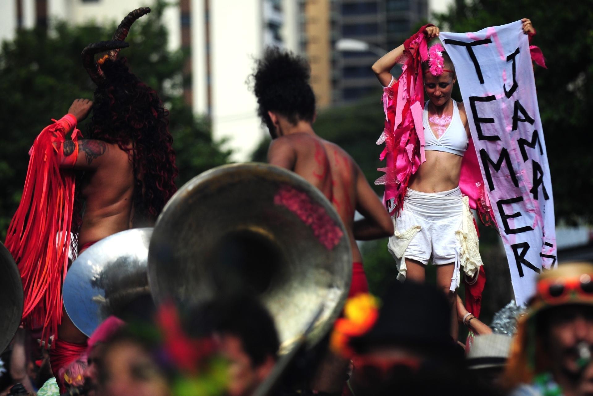 """Carnaval 2017 gritos de """"Fora Temer"""" Orquestra Voadora estreia"""