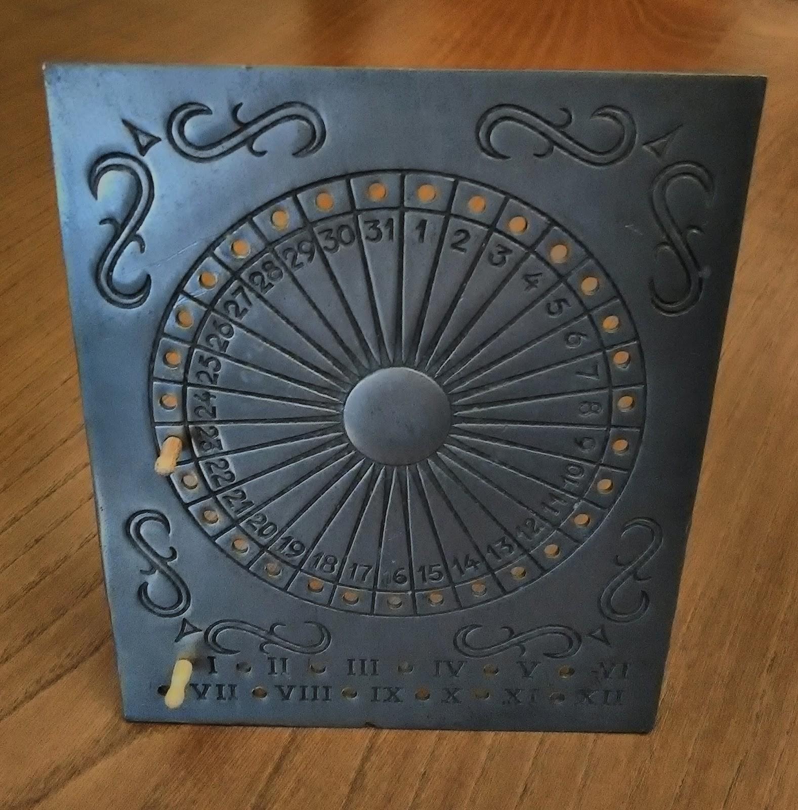 Calendário Gregoriano perpétuo em estanho de secretária apresentado o dia 23 de janeiro col pess