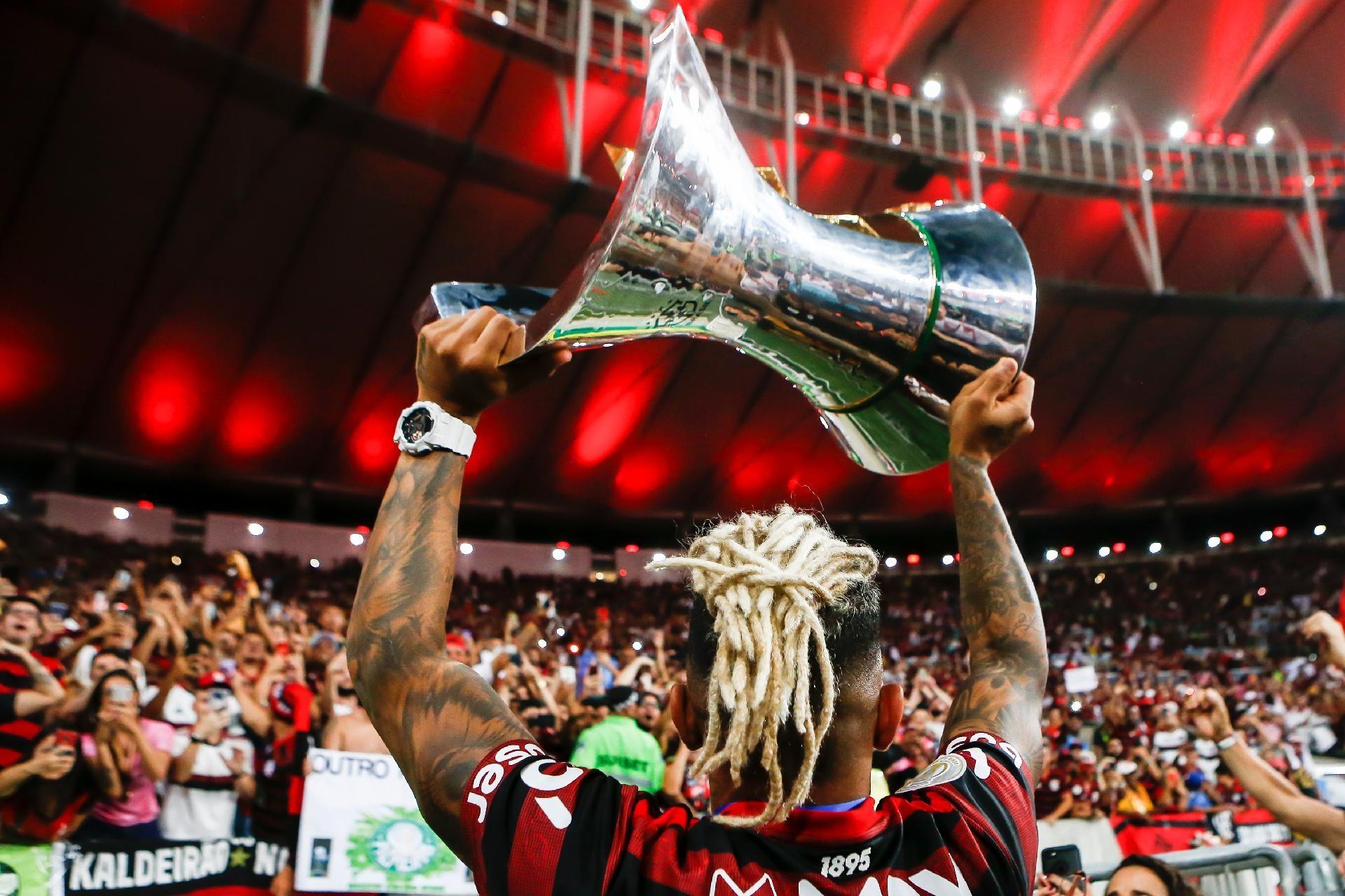 gabigol emora o trofeu do campeonato brasileiro o titulo de 2019 do flamengo v2 1920x1279