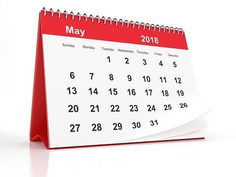 mayo de 2018 plástico rojo enmarcado el calendario de escritorio sobre fondo blanco gm
