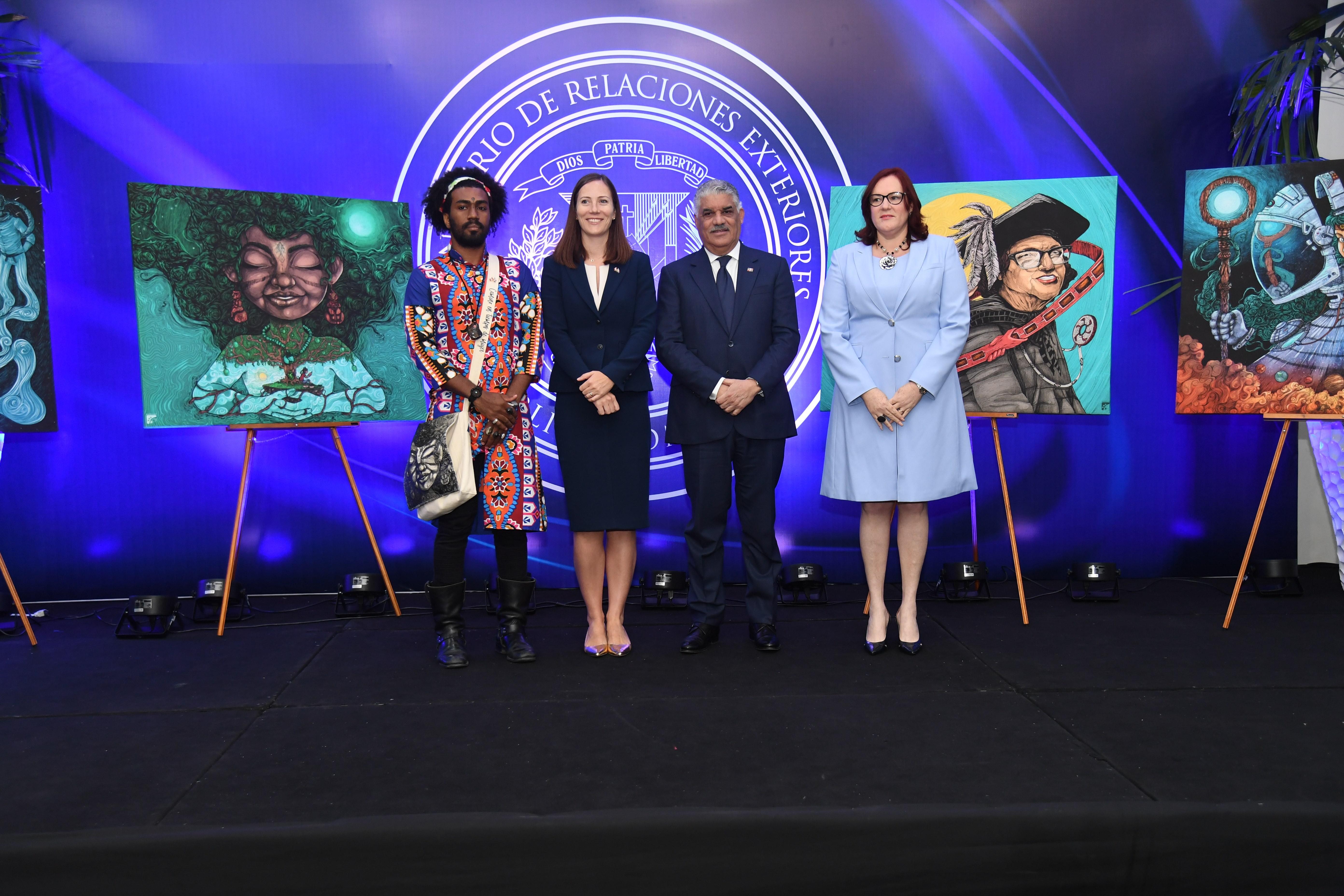 """Ministerios de Exteriores y de la Mujer presentan calendario """"Camino en tiempos de Mujer"""""""